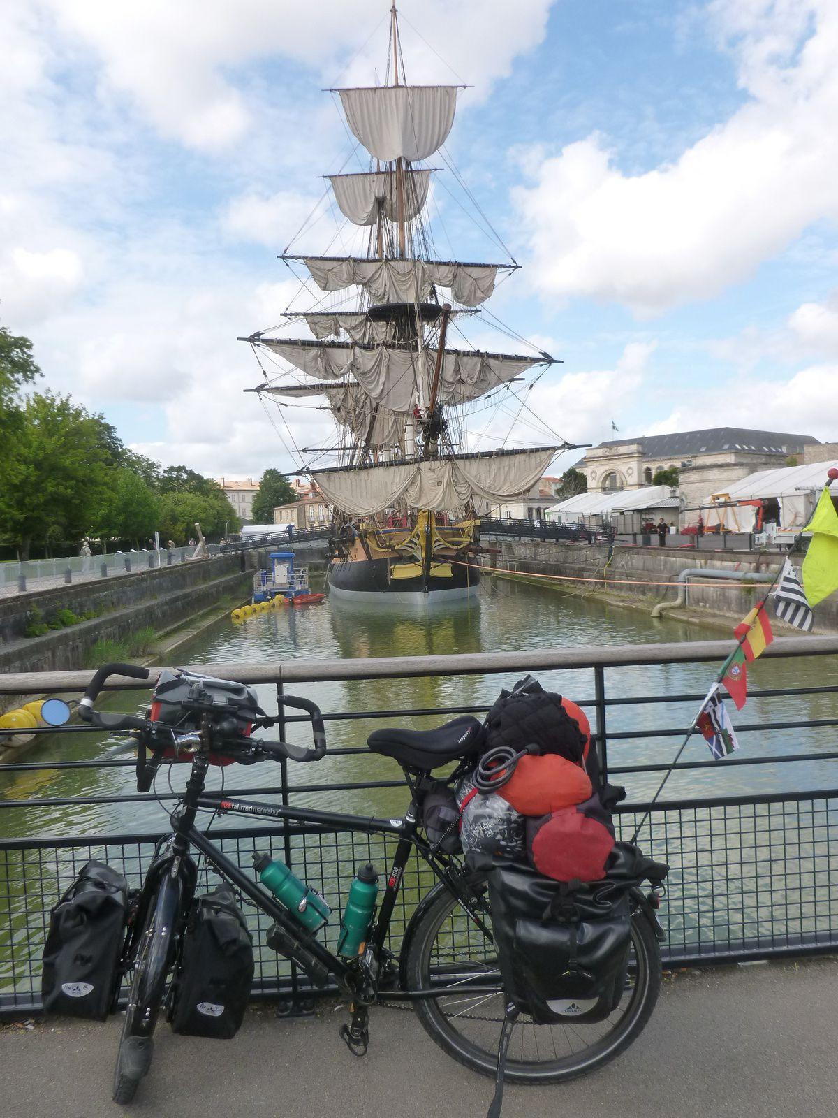 Bonjour appuyé de MtMt à l'Hermione (La Fayette)  Rochefort/Mer, regard tendre vers la Corderie royale, traversée de la Charente boueuse par le Pont transbordeur du Martrou