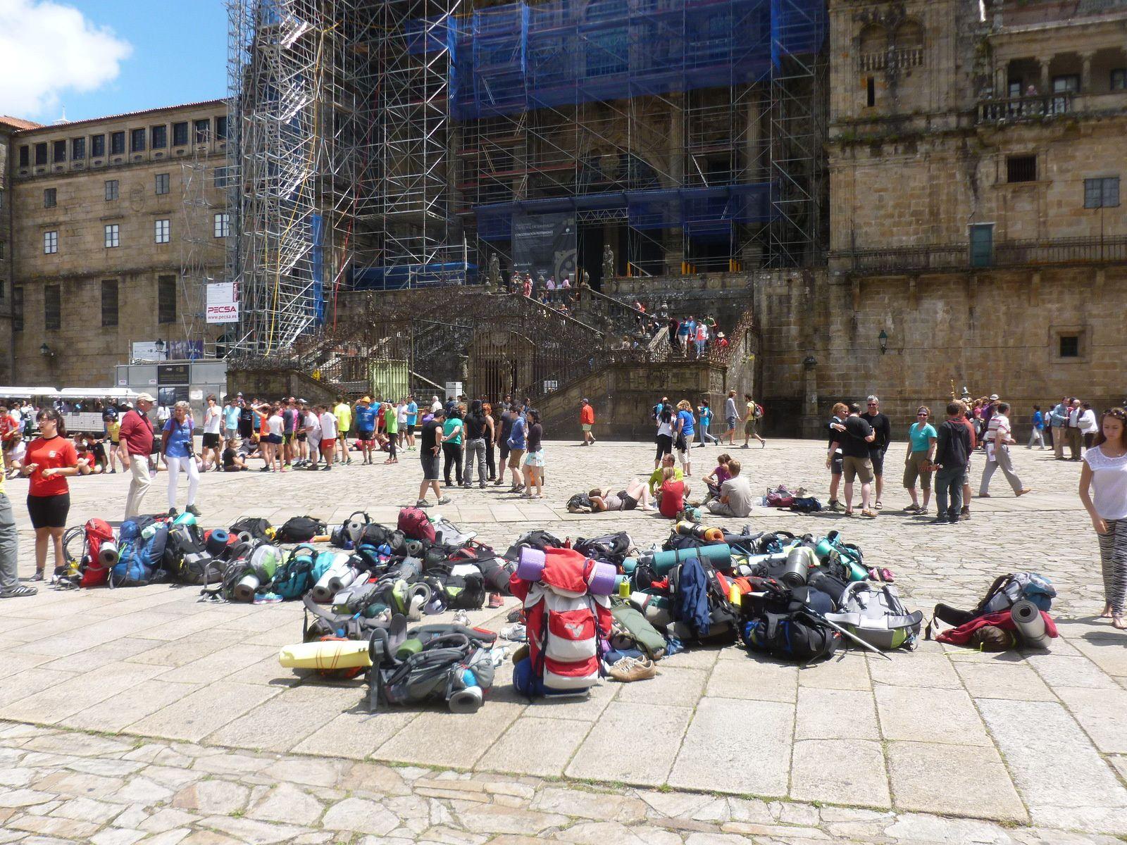 """S'armer de patience  pour """"jouir"""" de sa Compostella. Joie collective un rien excessive ! Mochillas (sacs à dos) laissés là pendant une prière à Saint Jacques ?"""