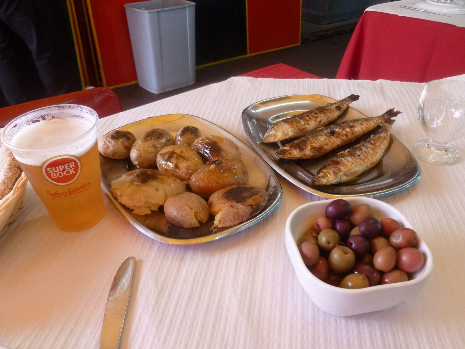 Porto sur le Douro, deuxième ville du Portugal - un repas de sardines portugaises