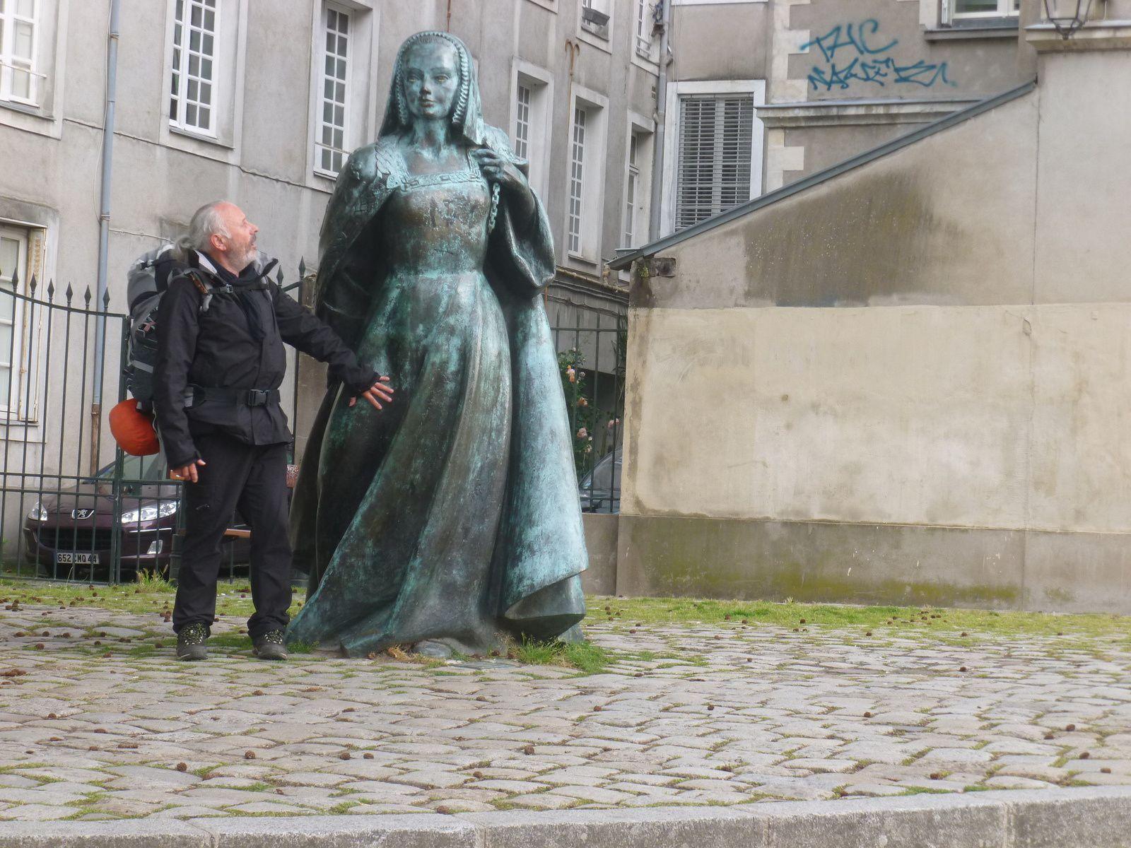 Devant l'entrée du Chateau, Anne de Bretagne converse avec un troubadour/backpacker passionné du Canal de Nantes à Brest