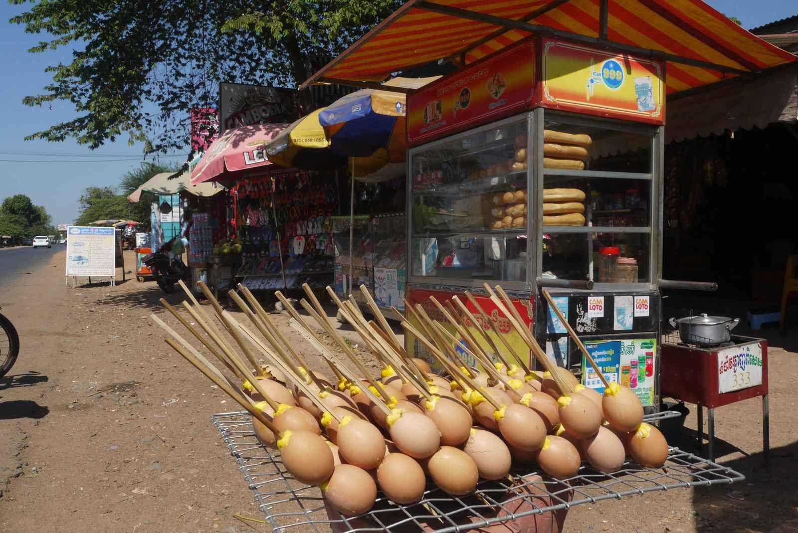Les œufs durs, embrochés par paire, pointent en direction du soleil