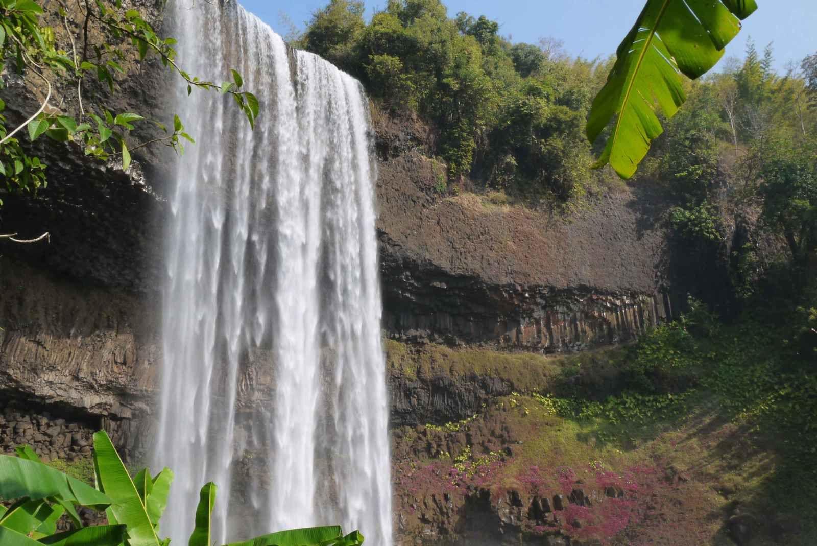 Difficile de faire rentrer la cascade, l'arc en ciel, la pluie fine et l'ambiance environnante dans l'appareil…