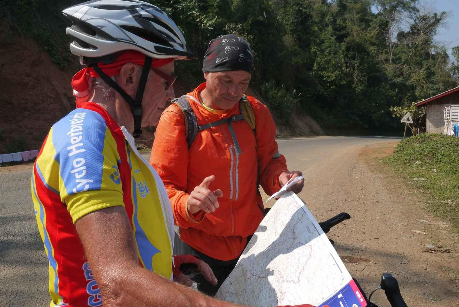 Devant la carte, en pleine discussion avec Yann, un tchèque. Il nous dissuade d'aller à Luang Namtha. Pour lui il y a mieux à faire en s'arrêtant un peu plus dans les dernières étapes du Laos