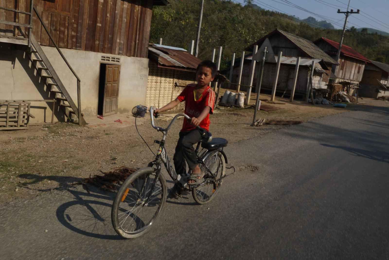 Le vélo type laotien avec un guidon type moto « Harley Davidson »