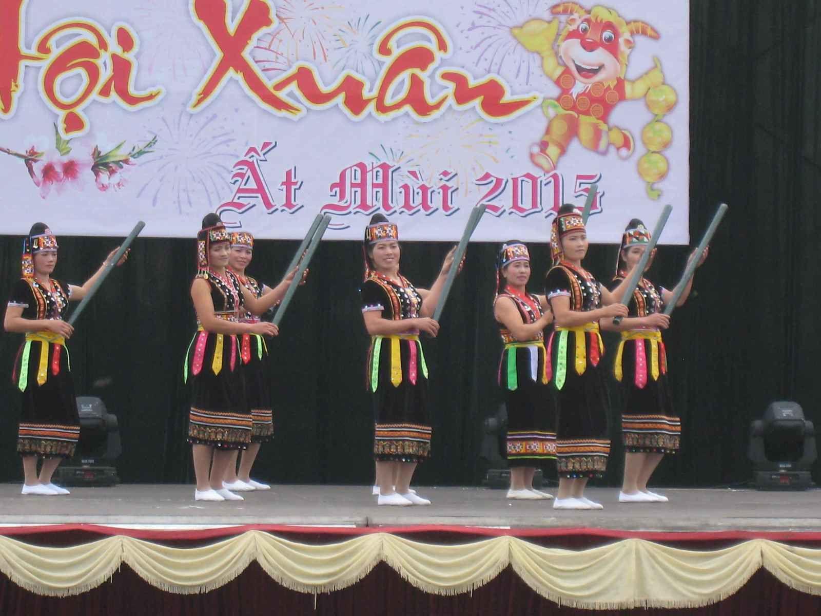 Concours de danse de grande tenue avec jury et caméra de télévision. Sur la seconde photo, en fronton du batiment, Ho Chi Minh père de la patrie