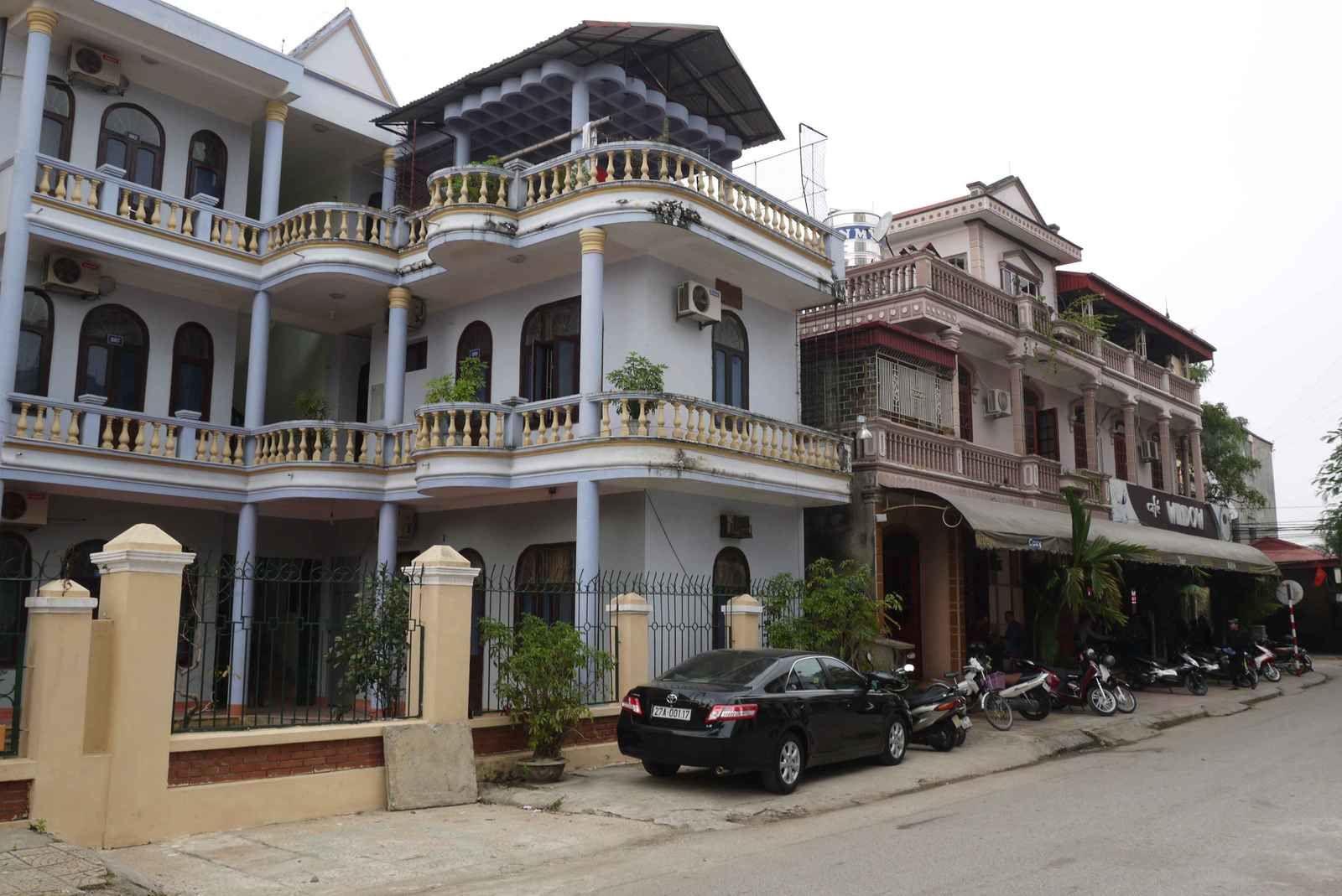 L'habitat témoigne d'une « richesse » supérieure celle du Laos