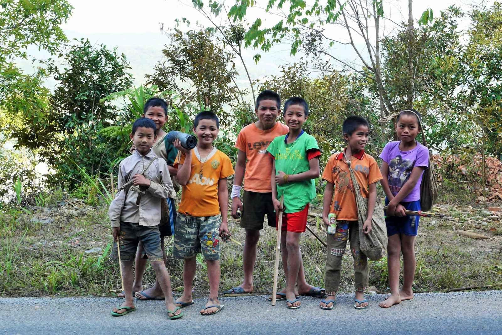 Un groupe d'enfants qui descend la route en rigolant mais pose gentiment pour la photo