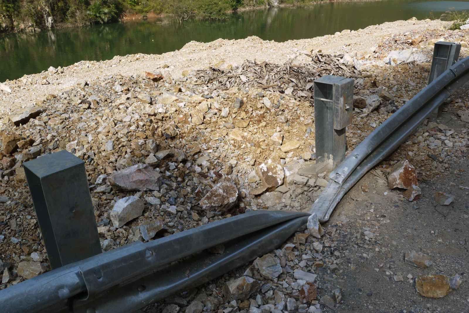 Vu l'état de la barrière de sécurité, si un rocher comme celui-ci tombe sur le vélo faudra prendre le bus