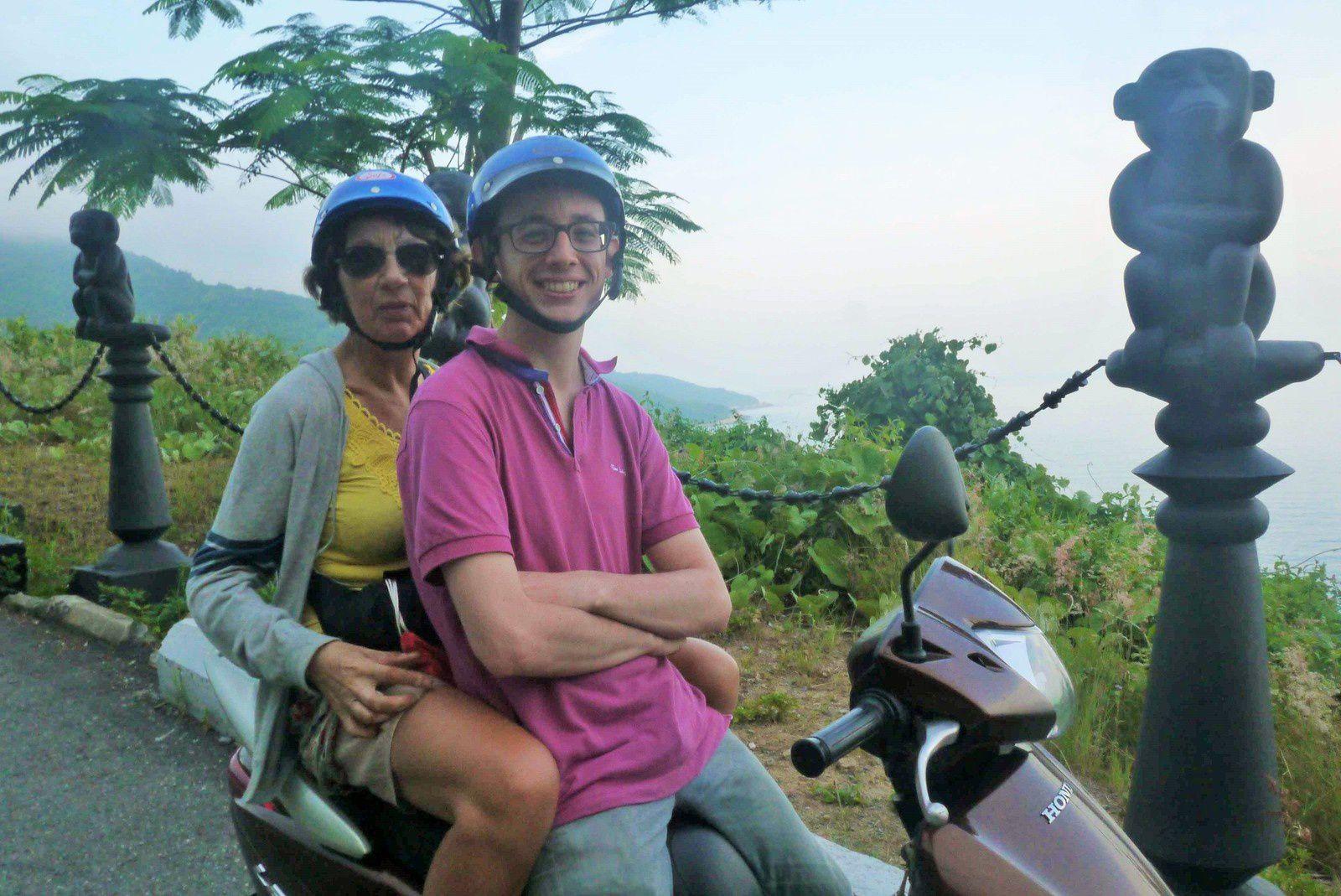 On nous prête les scooters pour découvrir les environs