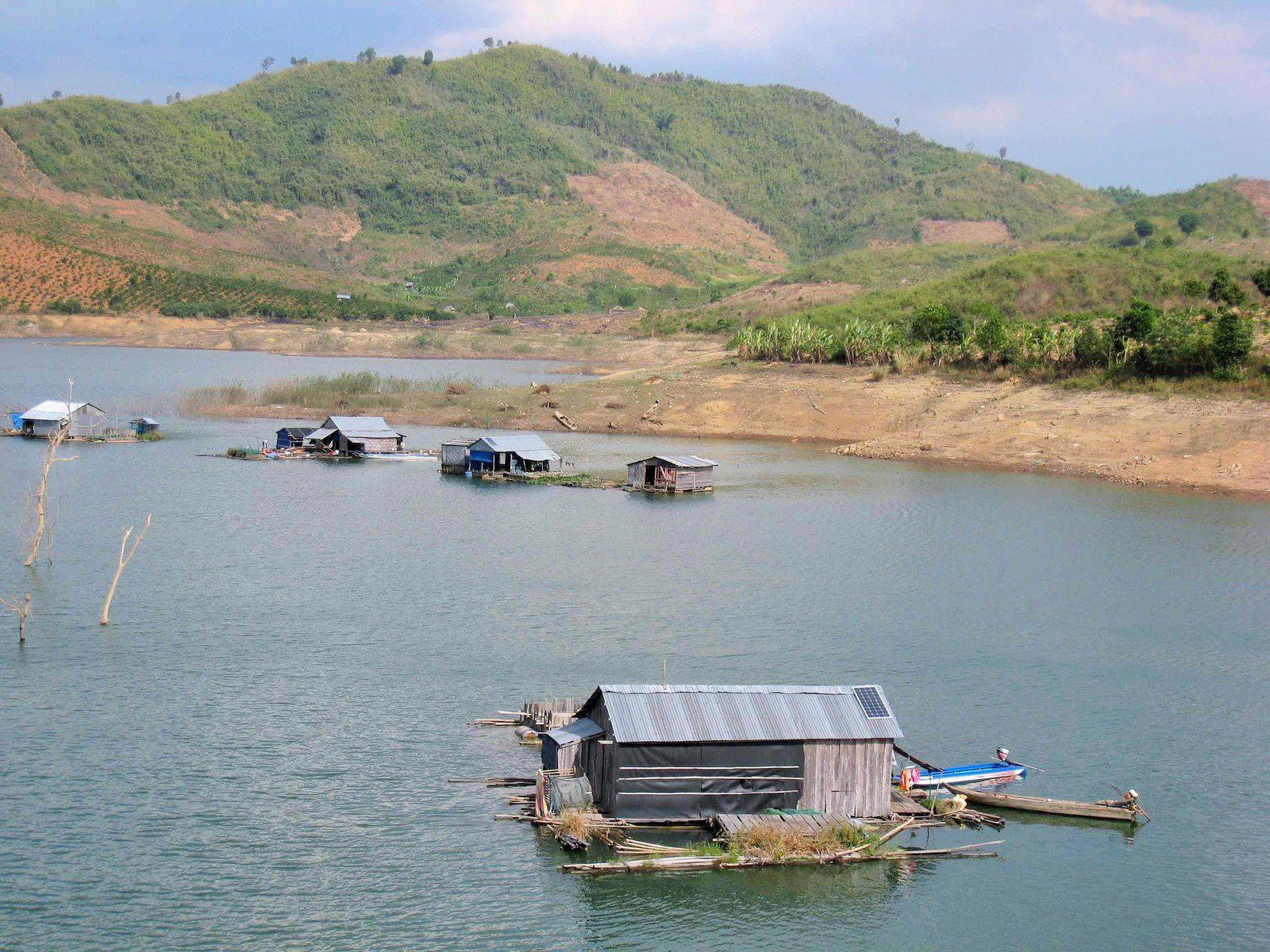 Le « village flottant » de pêcheurs commence à s'étoffer