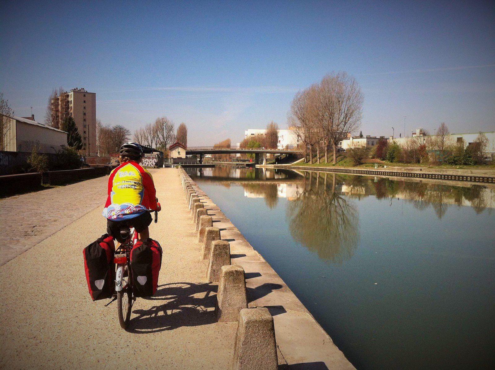 Le long du canal de l'Ourcq on croise de nombreux promeneurs  et cyclistes qui profitent de cette belle journée