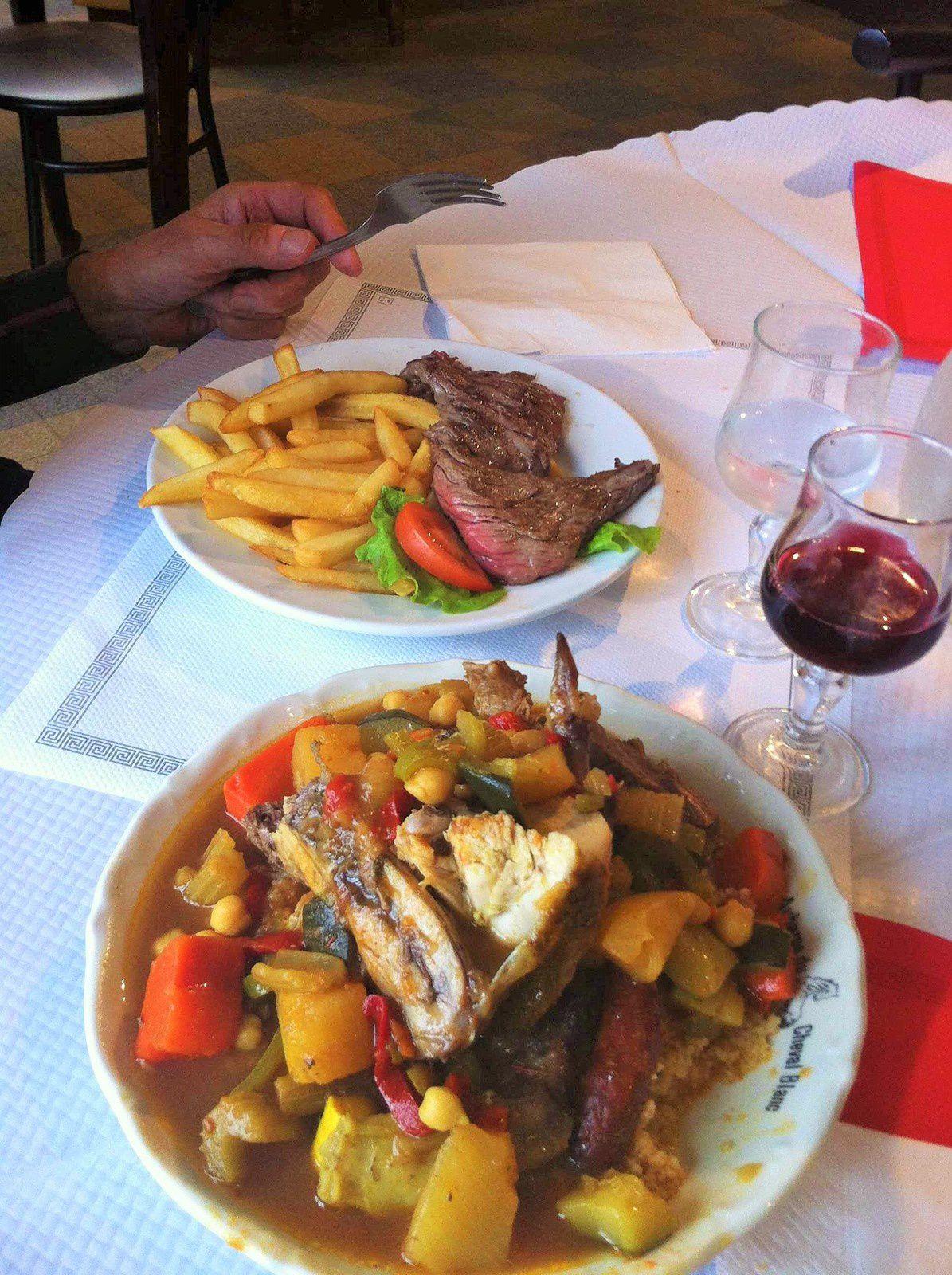 Privés depuis 3 mois, on ne résiste pas au steak frites et au couscous. Mauvaise idée ! Pas diététique du tout ! Jeanine en fera les frais avec des crampes d'estomac.