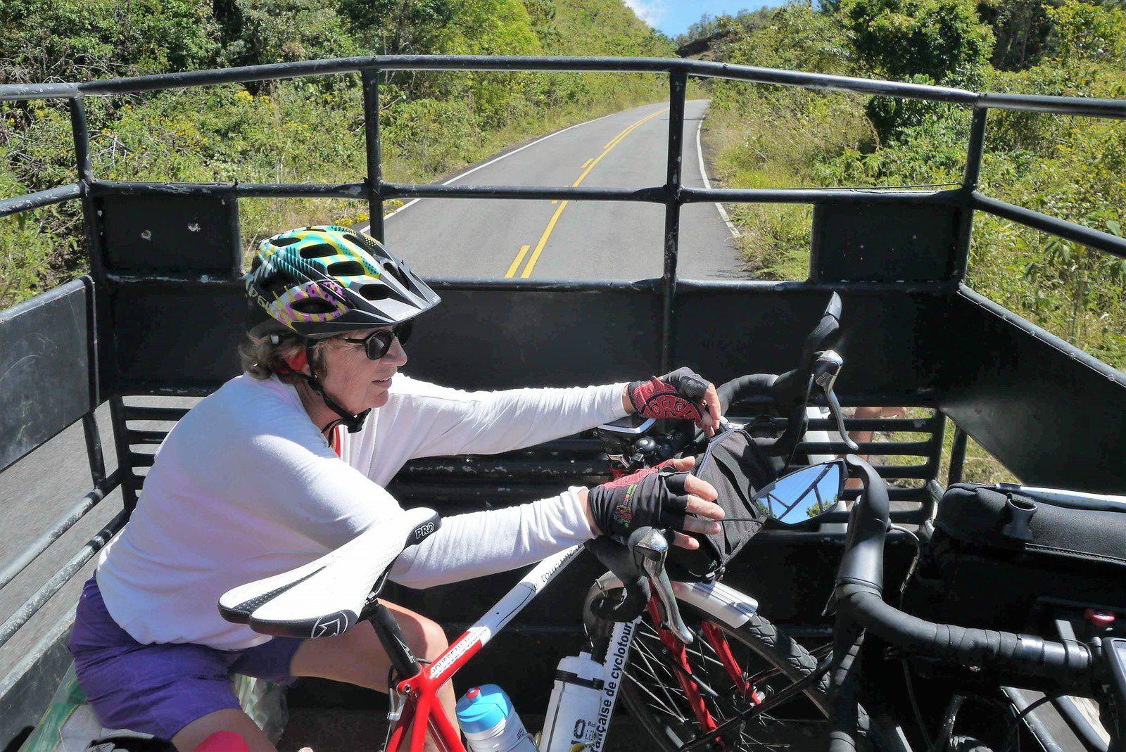 On a fini par craquer ! On a fait signe au pickup qui gentiment a accepté de nous monter avec nos vélos pour les 3 derniers km de montée et nous déposer au début d'une descente