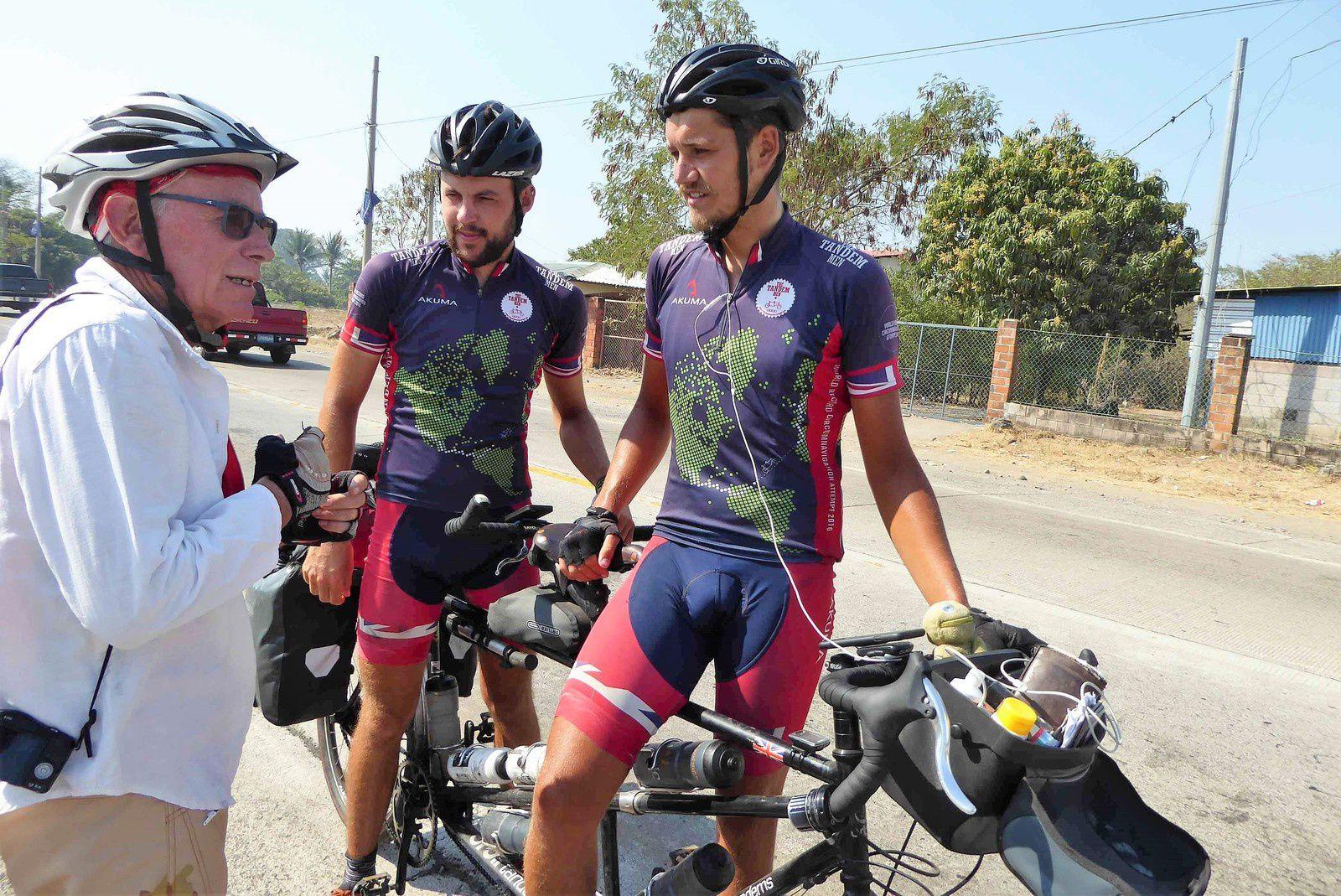 On s'explique avec John et Georges. Ils nous annoncent faire régulièrement 100 miles par jour soit 160 km.
