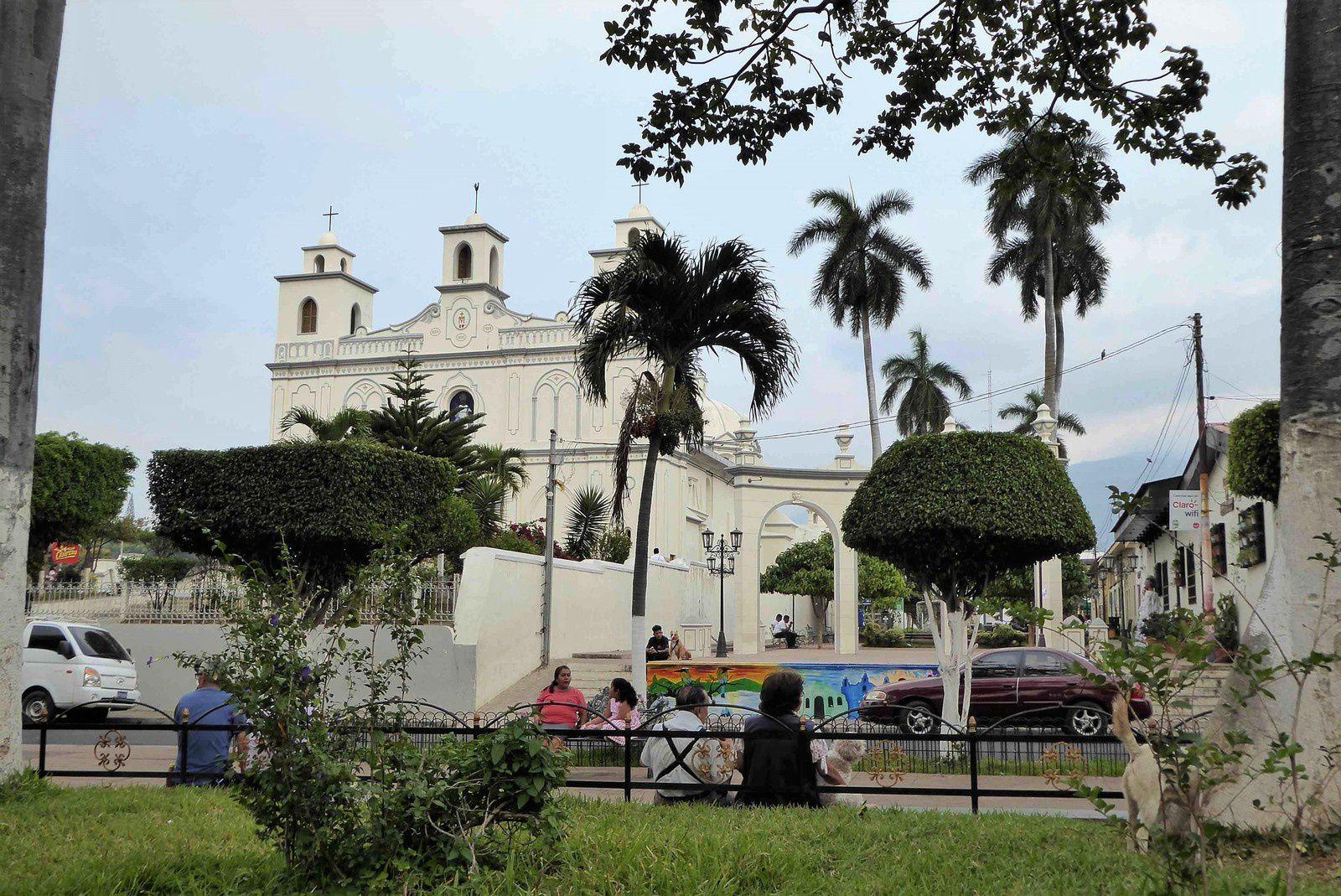 Un charme certain le Parc Central devant la mairie et l'église d'Ahuachapan