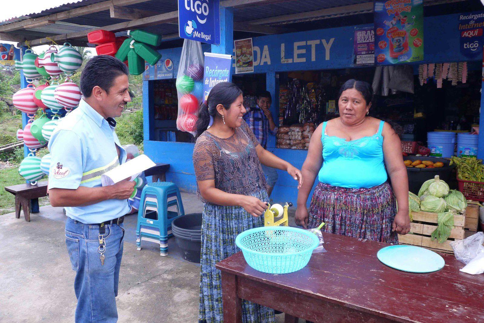 Partis peu après 7 heures c'est la pause casse-croute. Nous sommes en plein pays maya, Lety, la patronne, parait être un sacré personnage.