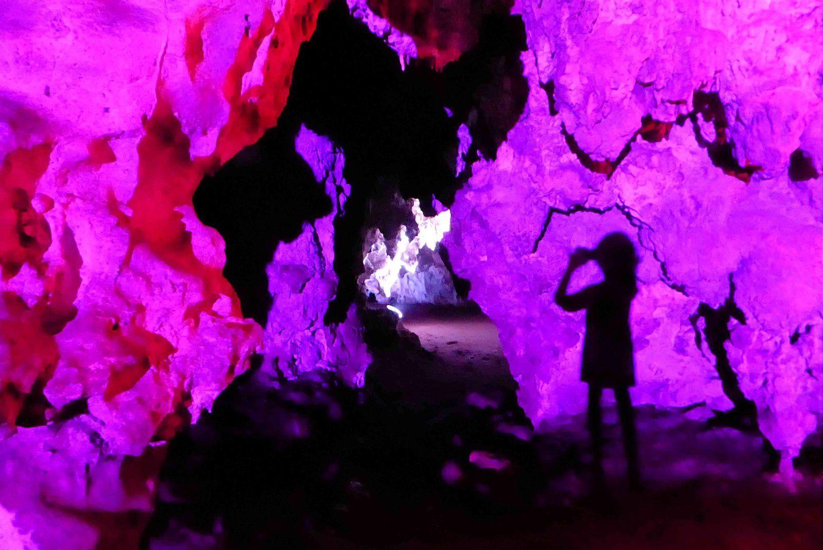 Les éclairages mettent en valeur les grottes de Loltùn
