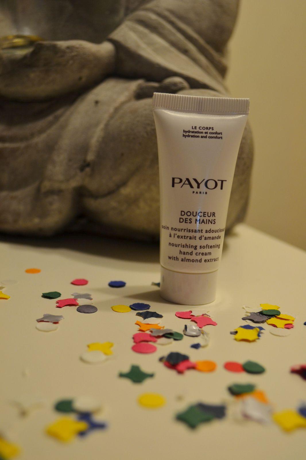 Une petite crème pour les mains Payot. L'odeur d'amande est très agréable et la crème pénètre bien et laisse la peau douce et parfumée.