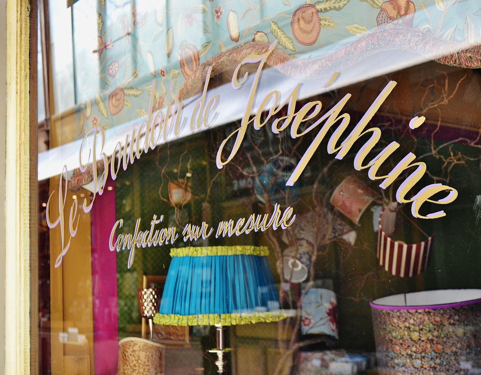 Le passage Jouffroy. On y trouve l'hôtel Chopin et le fameux musée Grévin. Il y avait aussi une boutique vendant des cannes et autres objets de curiosité dont la façade faisait limite glauque. Amis du bon goût bonjour.