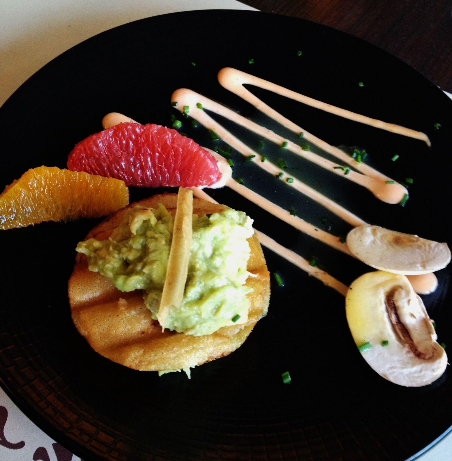 En entrée:Mille-feuilles d'émietté de crabe et de tartare d'avocat, vinaigrette à l'orange fraiche. C'est fin, ça se mange sans fin.