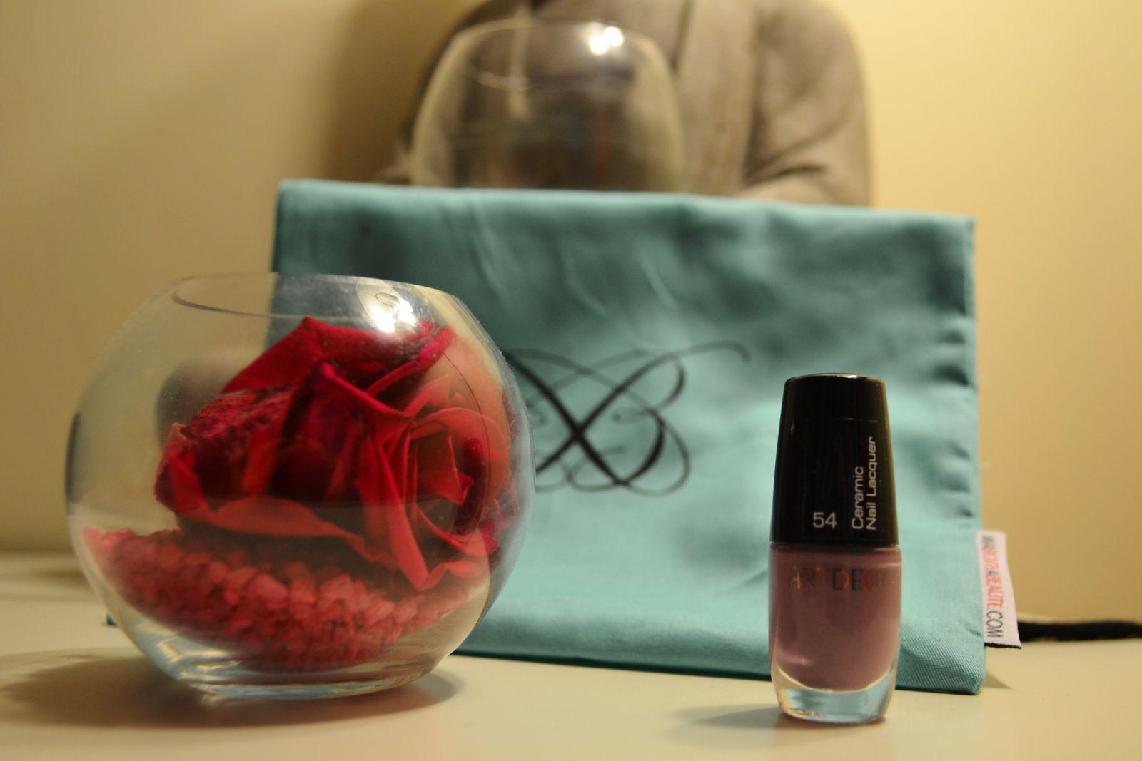 Un vernis de chez Artdeco. De ce que j'avais pu voir sur les autres blogs, certaines ont eu une couleur rose flashy. Le mien est mauve. J'adoooore les vernis&#x3B; je dois en avoir une cinquantaine (sans déconner lol).