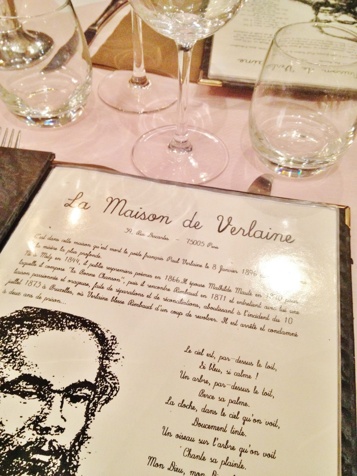 J'ai adoré la musique qui donnait un petit côté rétro: Aznavour, Piaf...