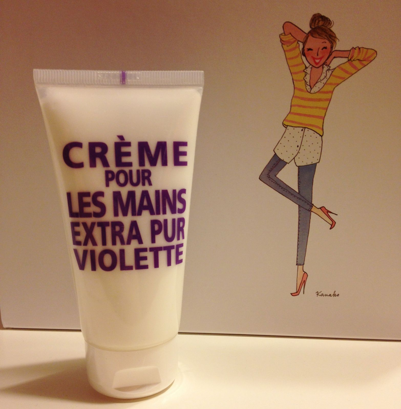"""1er produit: une crème pour les mains à la violette de la Compagnie de Provence. Bon je ne vais pas vous mentir en vraie gourmande que je suis j'adore les guimauves à la violette, donc je craque littéralement pour l'odeur de cette crème. """"L'amour est un bouquet de violettes ..."""""""