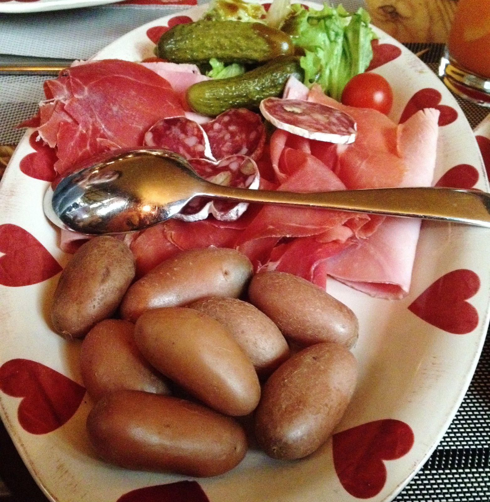 Le plat.La reloch du berger:un reblochon aux oignons et lardons poêlés et cuisinés au vin blanc selon la recette d'1 vieux berger, accompagné de PDT,jambon de montagne,jambon torchon,saucisson des Alpes,tomate,cornichon et salade verte. Quand j'ai vu l'assiette,j'ai demandé c'est pour 2? En mode Gargantua mais un vrai délice. Un petit mot pour le vieux berger: Je veux bien votre recette.