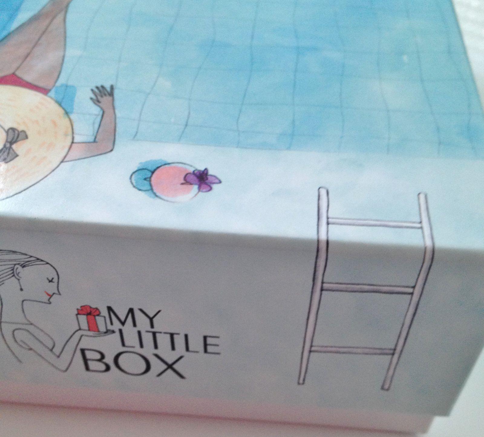 Déjà la box de ce mois est sublime. Toute la box est pour la 1ère fois recouverte par le dessin de Kanako. La box est devenue une piscine.J'accumule les box depuis le début dans mon placard, mais celle-ci est tellement belle que je vais trouver un moyen de l'exposer.