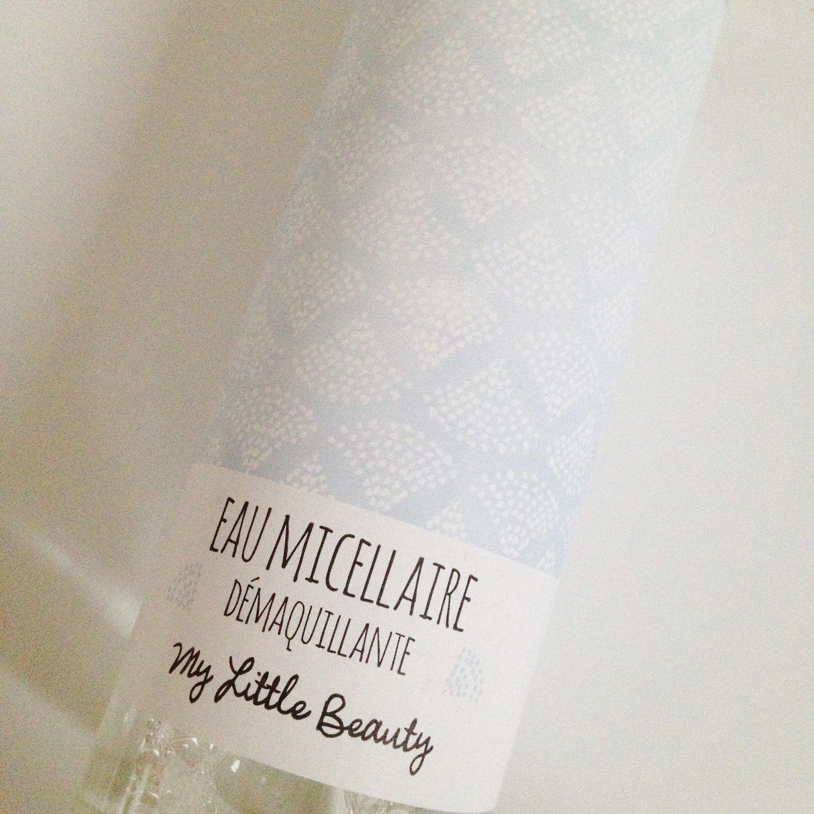 1er produit: une eau micellaire démaquillante de My Little Beauty. Le packaging est tout doux. Pour ce qui est de l'odeur, je ne saurai vous dire. Je suis grippée et je n'ai plus d'odorat. C'est ballot. Mais cette eau micellaire nous promet un démaquillage en douceur grâce à sa fraîcheur et ses propriétés hydratantes.