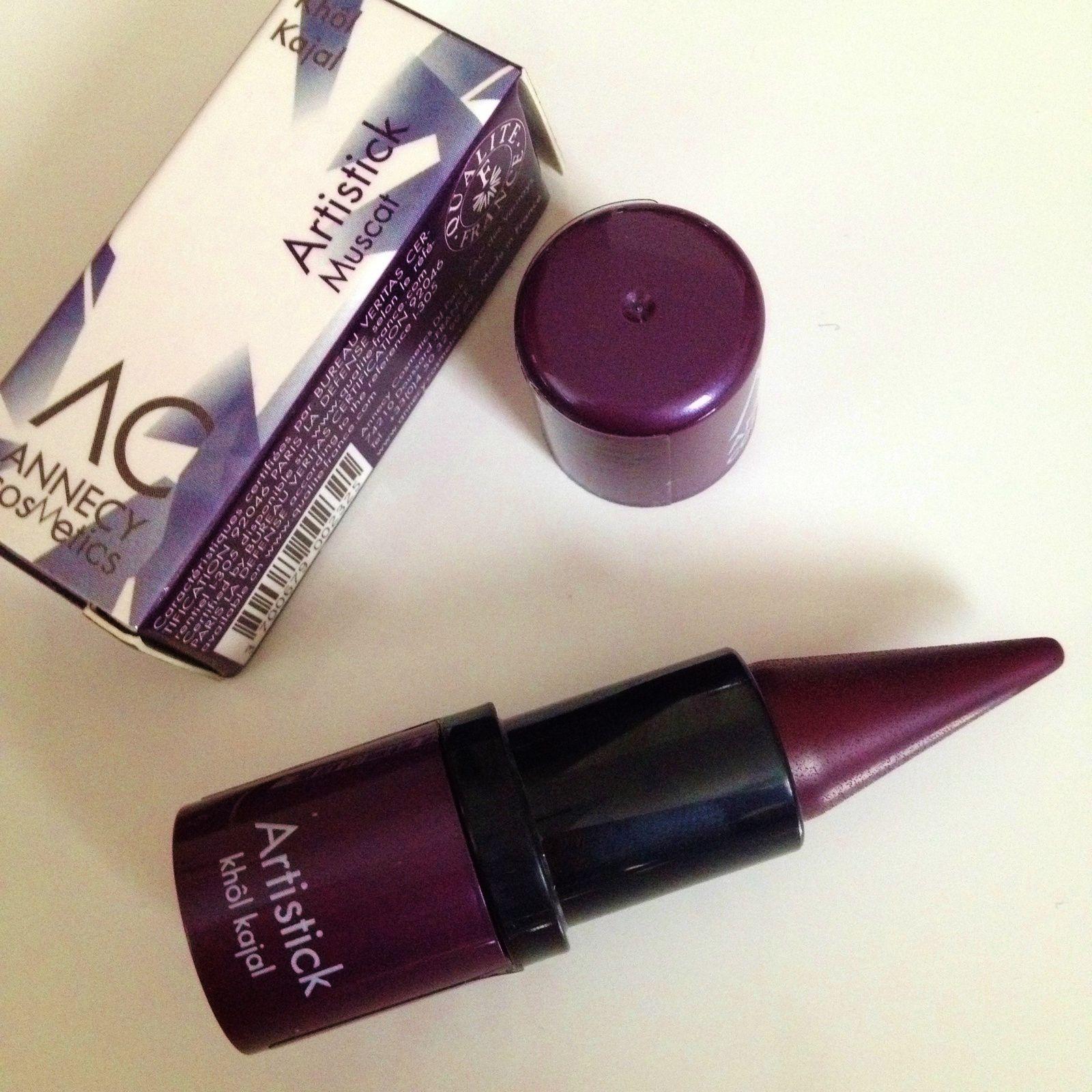 Un khôl kajal d'Annecy Cosmetics. Un produit que j'utilise au quotidien. Il peut aussi s'utiliser en fard à paupières. J'ai eu le coloris violet qui change de mon sempiternel noir.