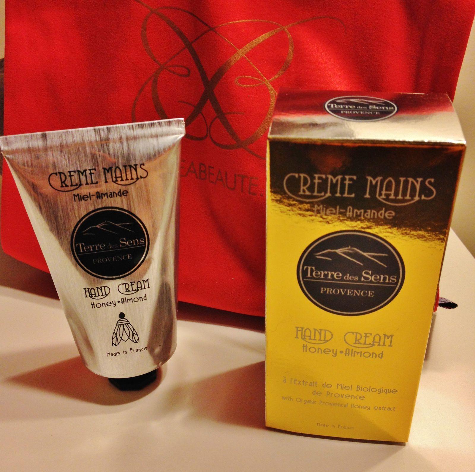 Une crème pour les mains Miel/amande de Terre des sens.Bon oui, encore une crème pour les mains. Mais j'adore le packaging, l'odeur est très agréable et laisse une sensation de douceur sur la peau. L'essayer c'est l'adopter.