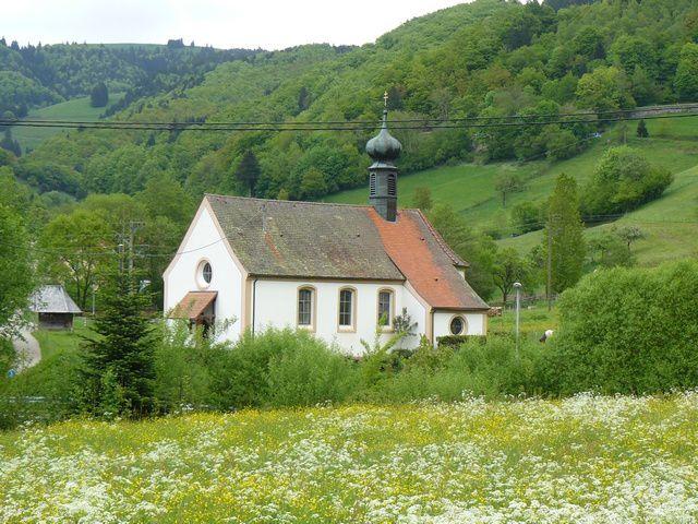Traversée du village (chapelle, Gasthaus Spielweg, école, Bienenkundemuseum)