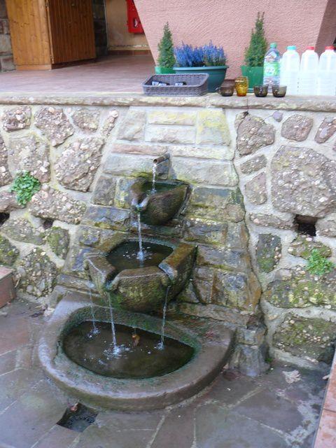 La source se situe sous l'entrée de la chapelle, l'eau sortant du rocher ruisselle en trois vasques superposées