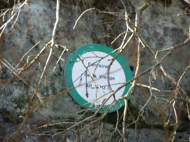 Encore plus loin au bord du chemin la source de la vierge. Nous passons près d'un bel étang privé pour prendre la direction de Buchelberg, le sentier longe la route départementale en contrebas.
