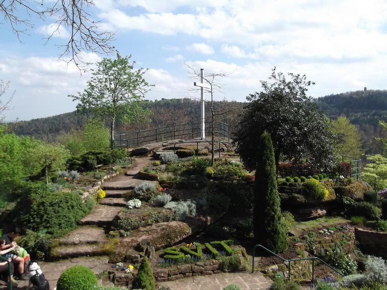 Les bénévoles de l'Association des AMIS DE LA GROTTE SAINT VIT entretiennent le magnifique jardin alpestre