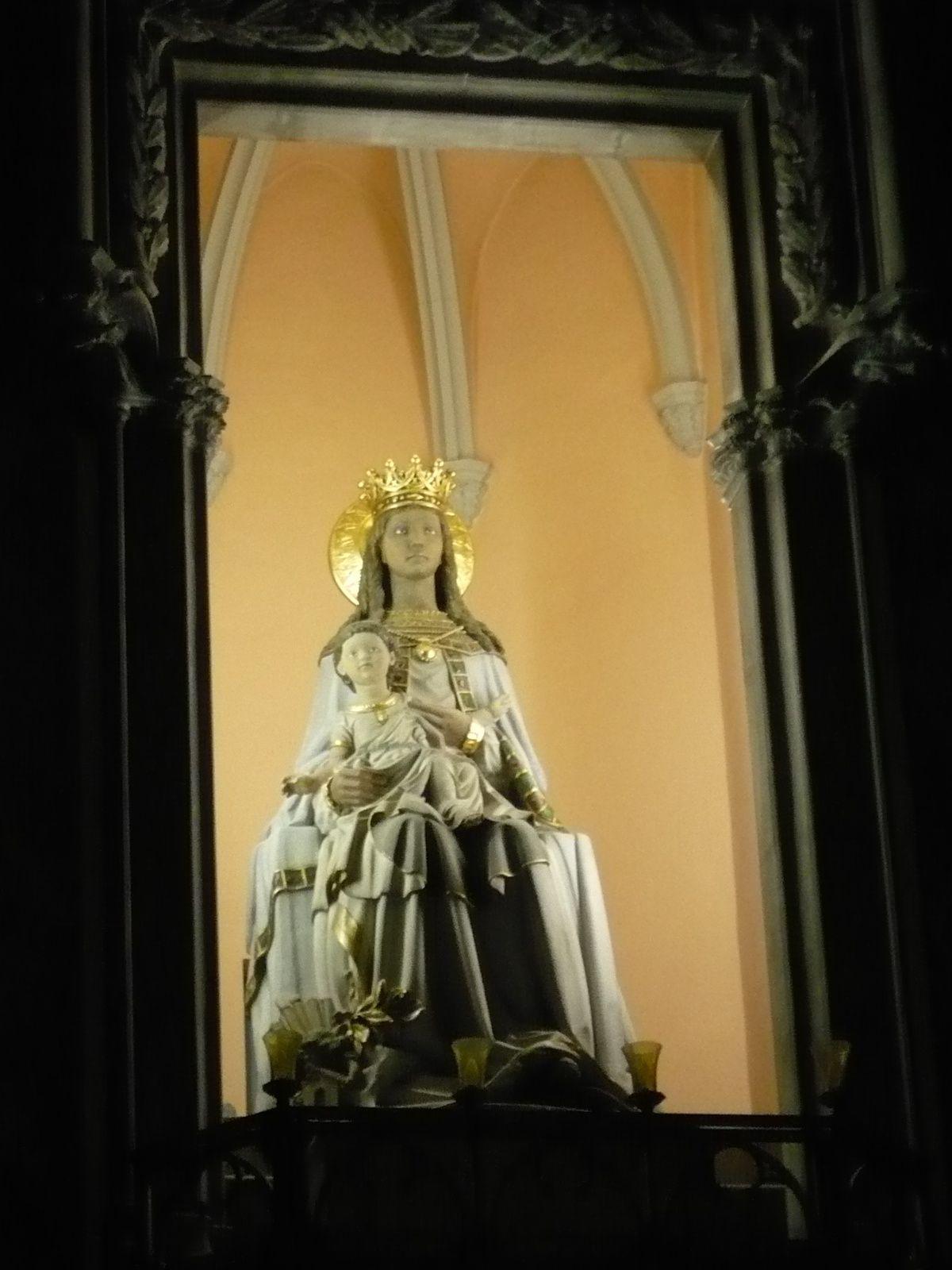 Marie et l'enfant, statue à l'intérieur.