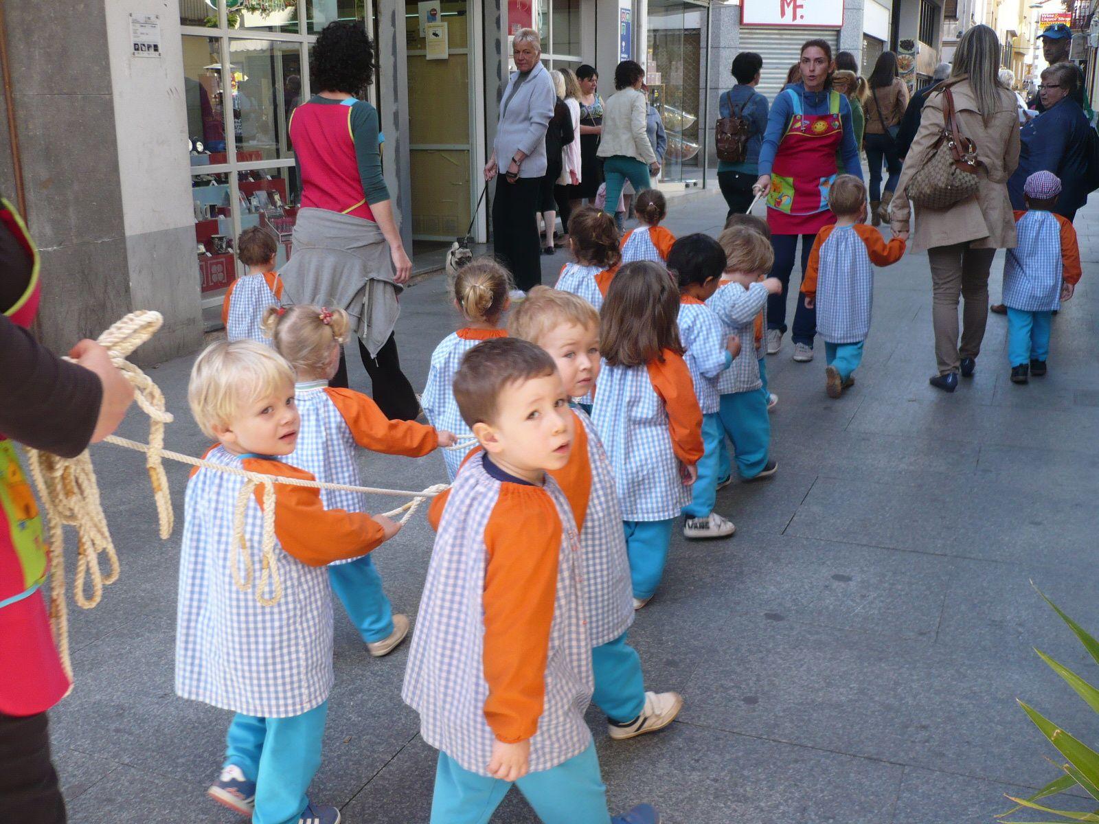 C'est la fête des enfants ce jour, toutes les écoles convergent vers le stade de cette façon, bien pratique pour ne pas perdre d'enfants..