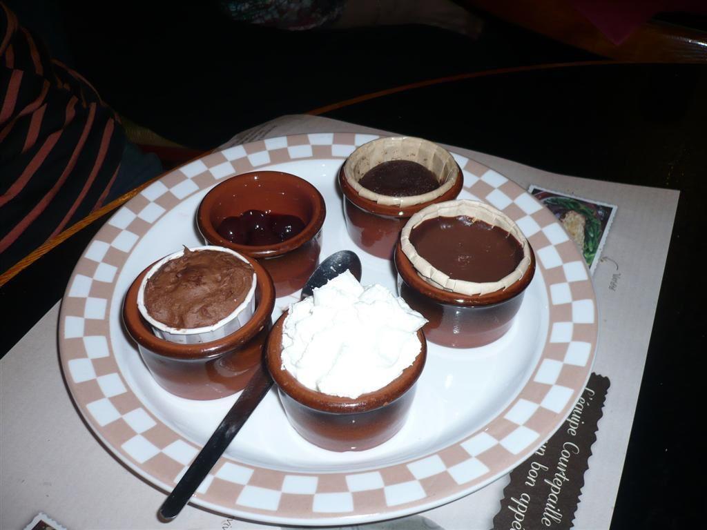 """Le dessert de certains, il s'appelle """"y a pas de honte"""" à aimer ça .....que de gourmands autour de la table. Un moment de bonne convivialité pour finir ce séjour."""