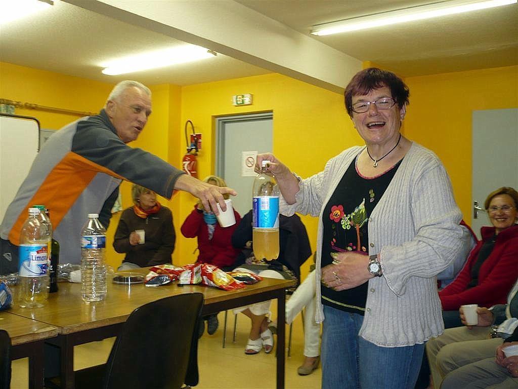 Michéle a pris la bouteille, non pas de limonade, mais de Marquisette, elle ne voit pas qu'Alain aimerait bien en boire aussi, il s'impatiente un peu !