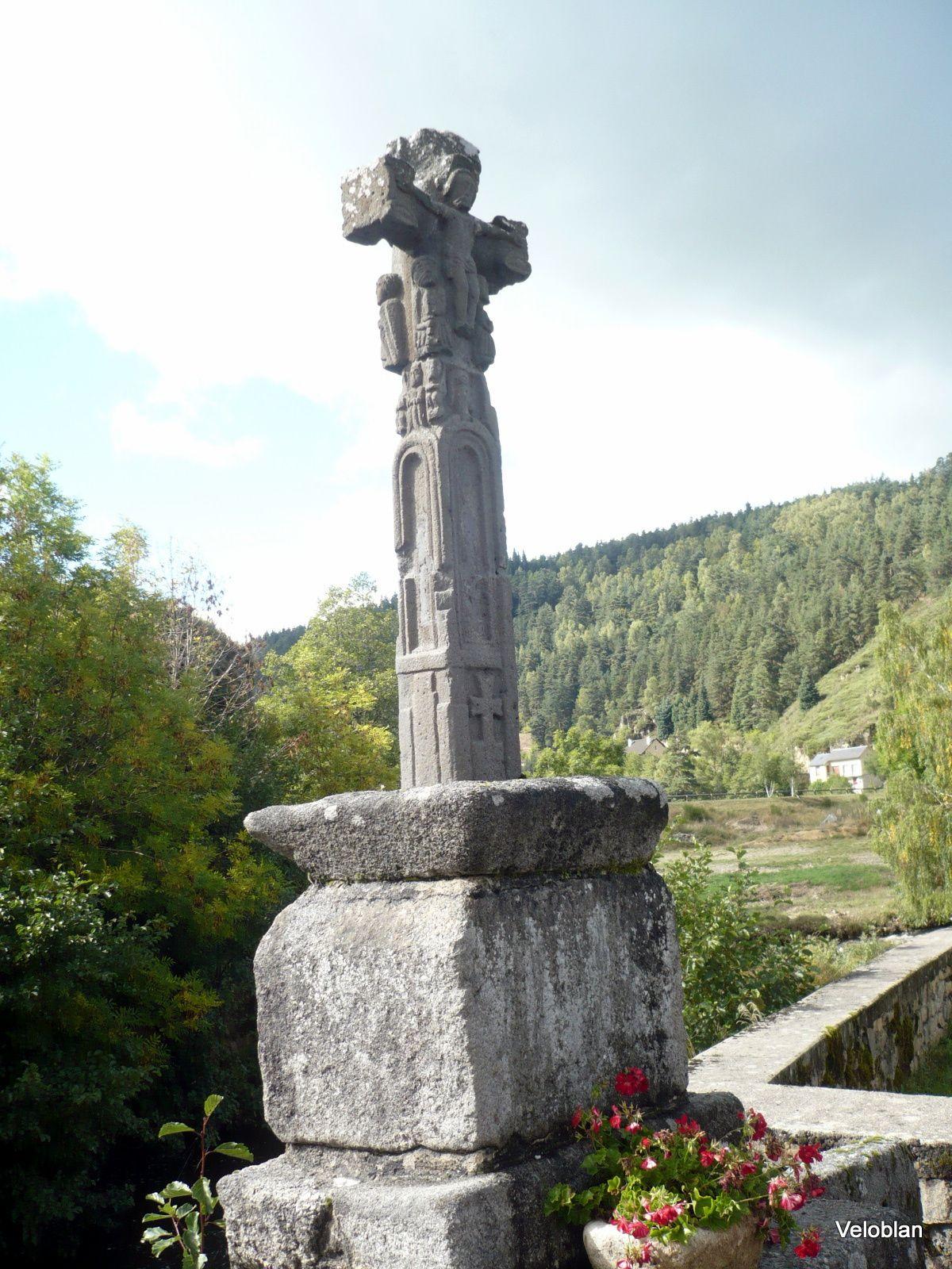 Croix sculptée du XII siècle.