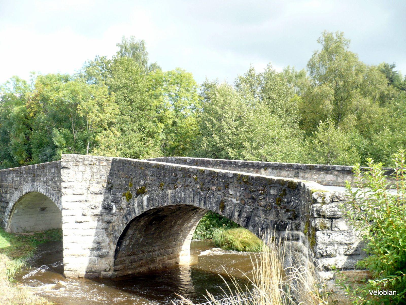 Joli pont en pierres.
