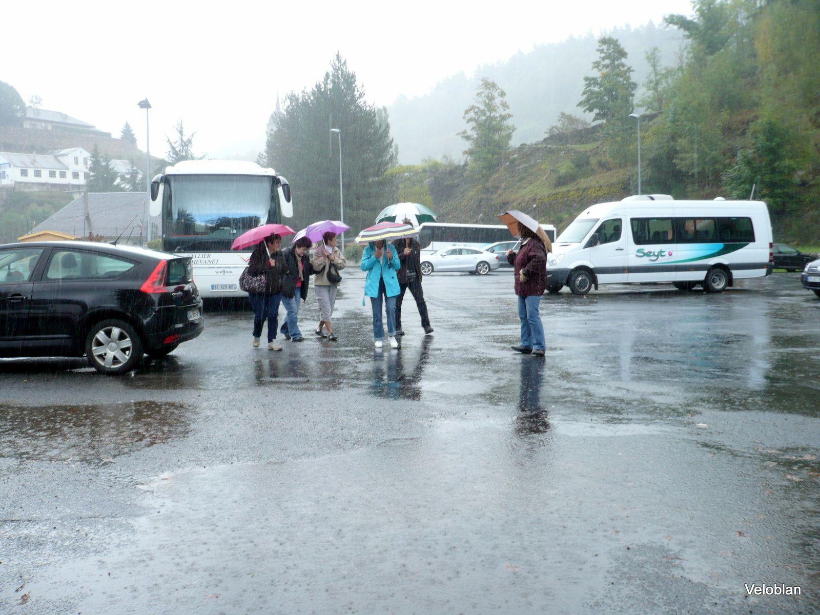 Les marcheurs partis nous sommes 10 personnes à rester dans le car et nous décidons, vu le temps, d'aller manger au restaurant à Chaudes-Aigues.