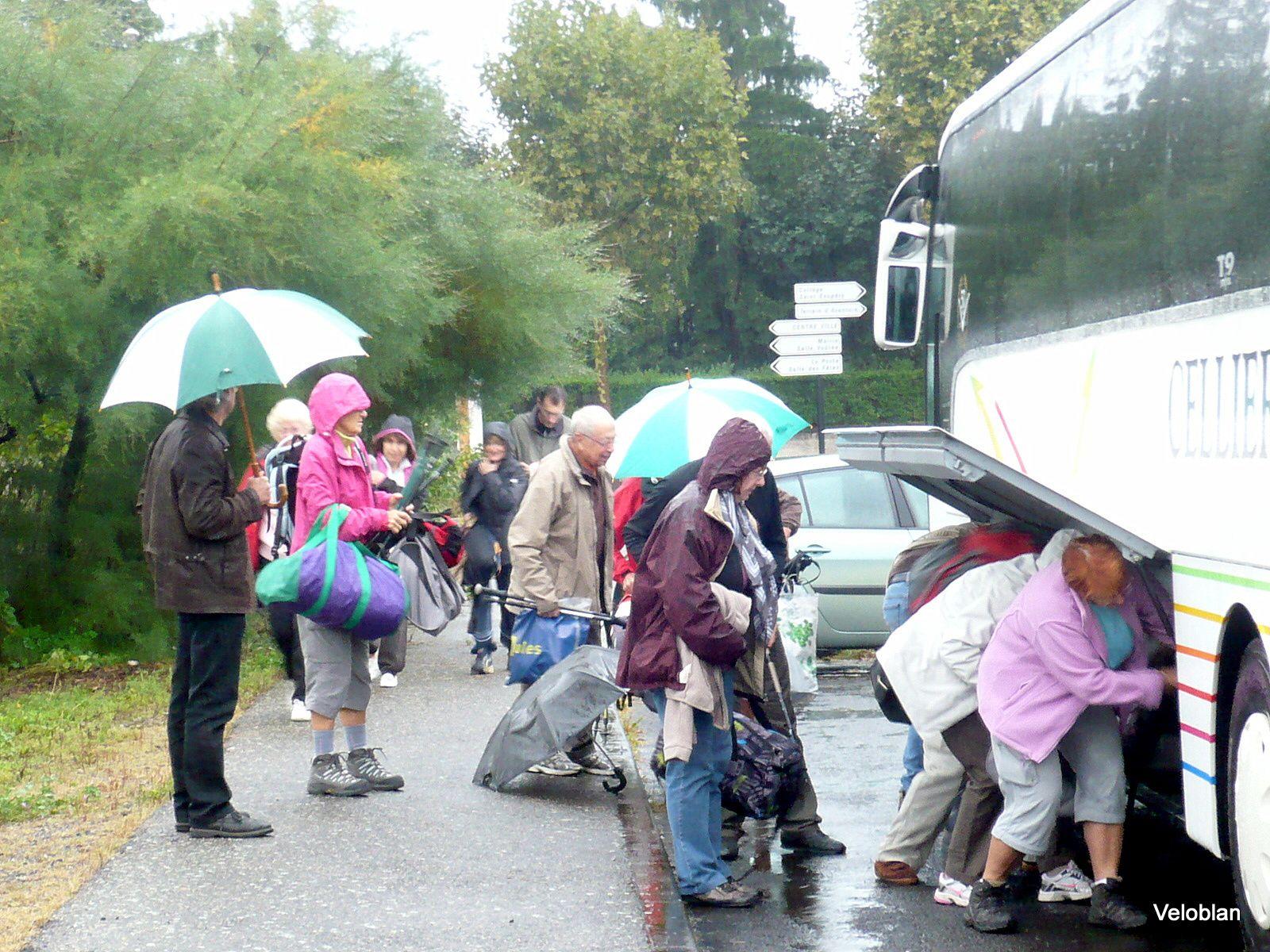 Le matin à 9h nous sommes 40 au départ de Lempdes. La pluie s'invite.