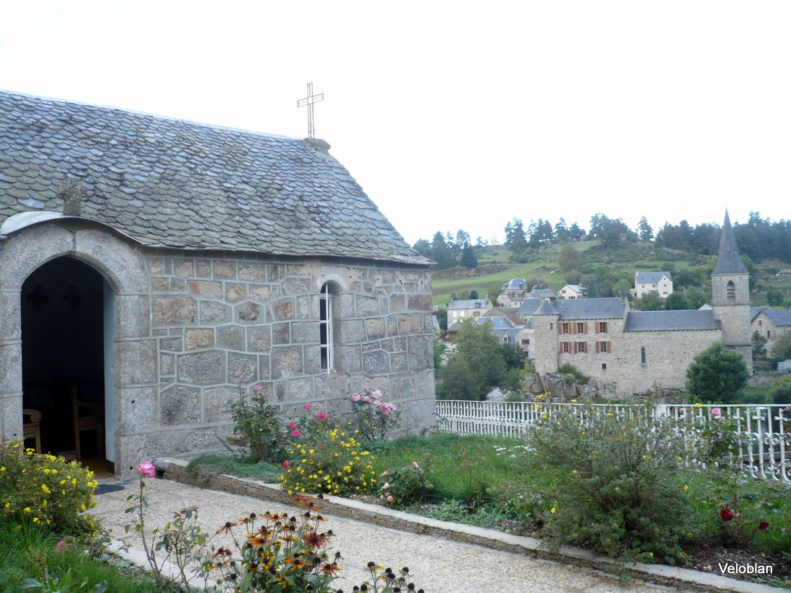 Petite chapelle sur les hauteurs du village.