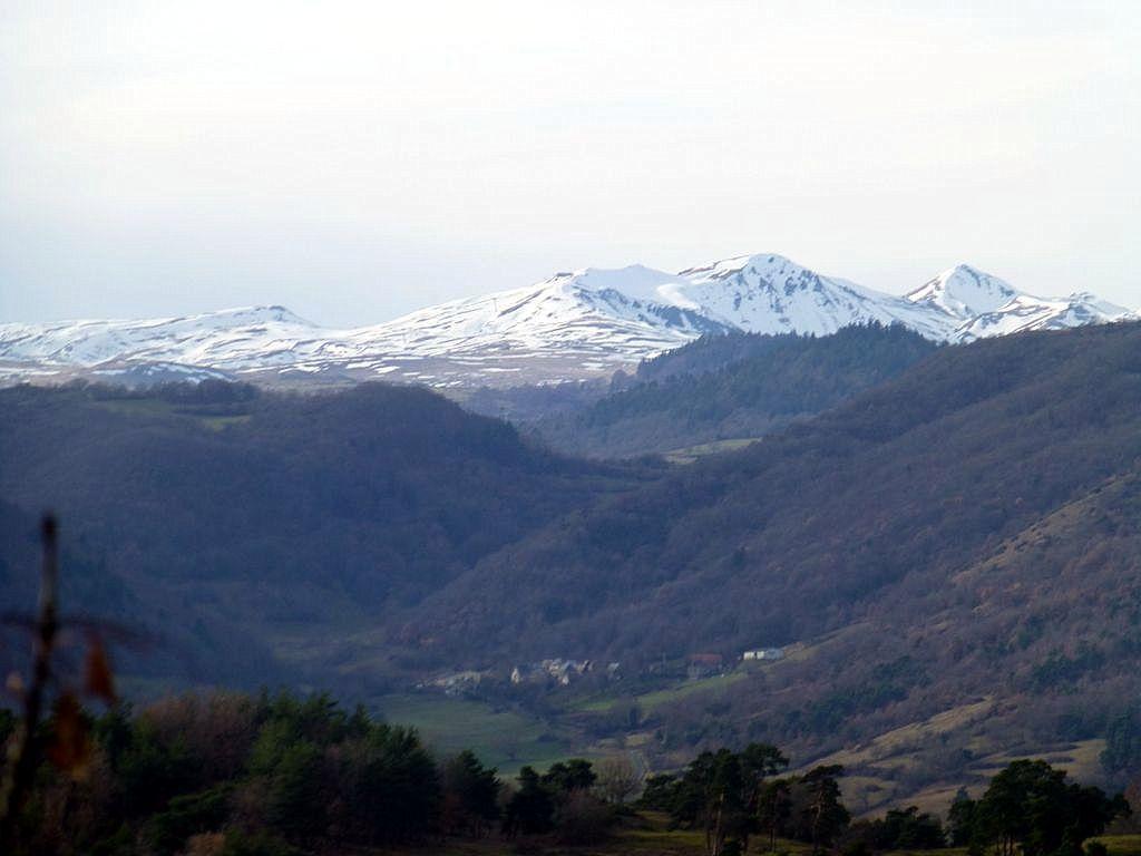 Les sommets enneigés mais pas assez pour faire du ski.