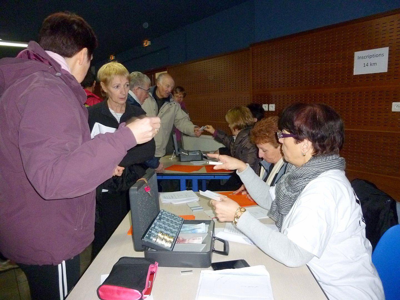 Trois tables ne sont pas de trop. Dés 8h15 les premiers participants arrivent.