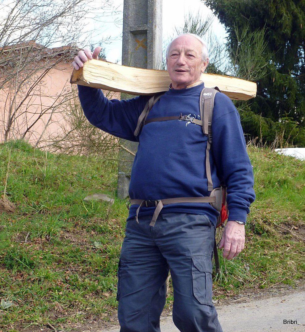 Gérard a trouvé cette bûche au milieu de la route et veut la ramener!
