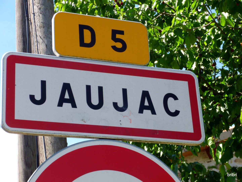 Village pas très loin de la route et de la ville d'Aubenas. le camping se situe à Fabras, à environ 2km de Jaujac.