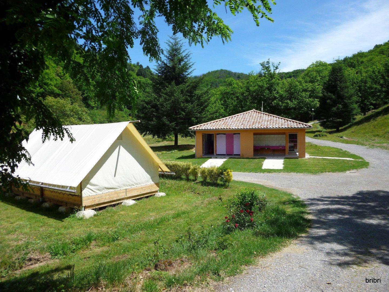 Nouveau: barnum pour 6 personnes et un sanitaire tout neuf, le camping continu dans le fond.